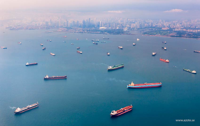 Lastfartyg och sjötrafik på redden utanför Singapore. Foto: N Ryrholm/Azote